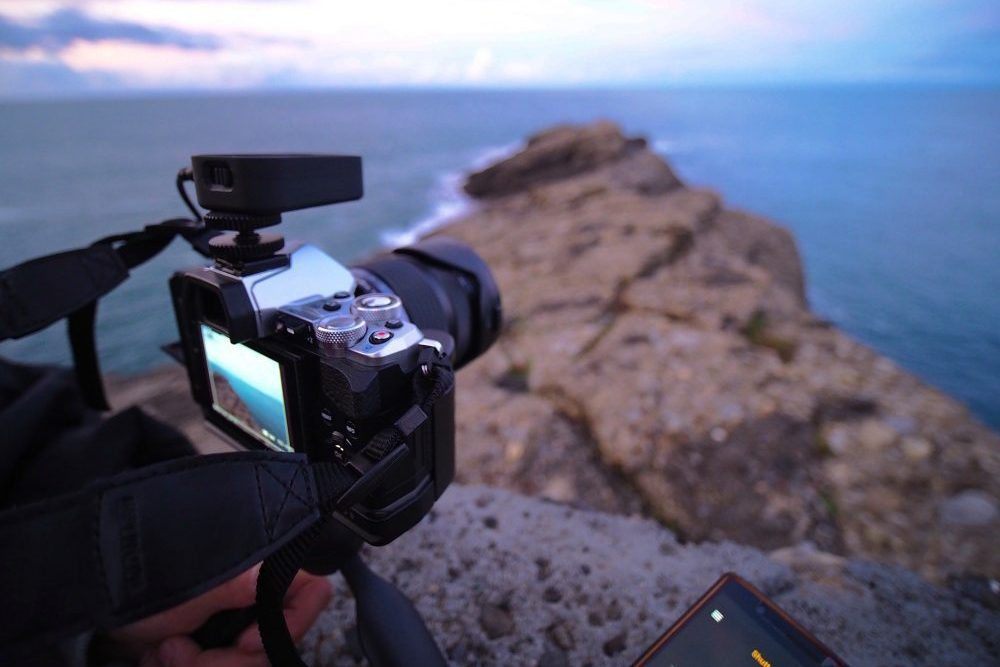Macchina fotografica al tramonto sul mare